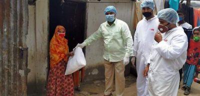 দরিদ্র ও শ্রমজীবি পরিবারে মাঝে খাদ্য সামগ্রী দিয়ে যাচ্ছেন আওয়ামীলীগ নেতা আহমদ রেজা